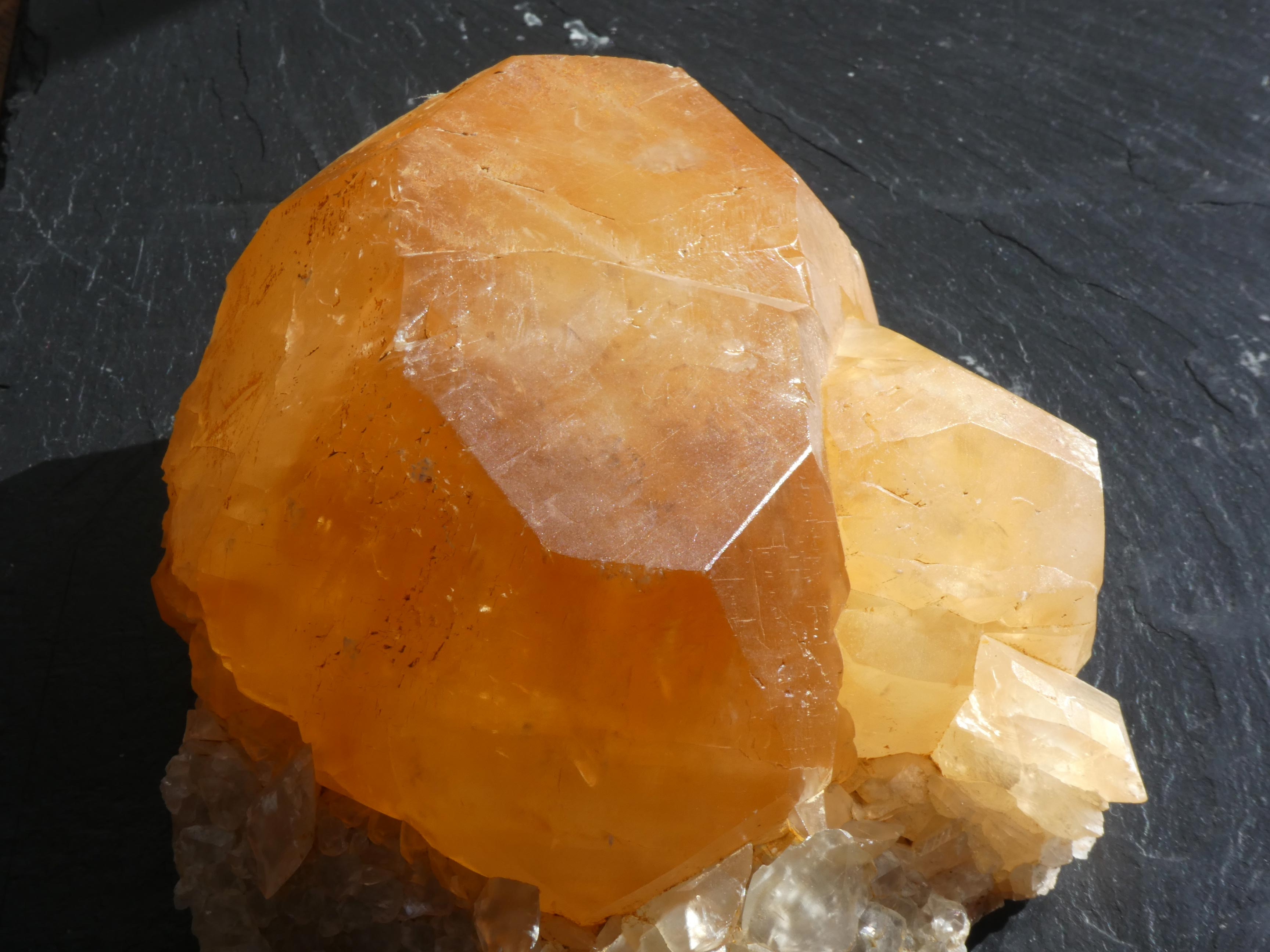 Minéral Calcite miel, Mont-Marchienne, Belgique