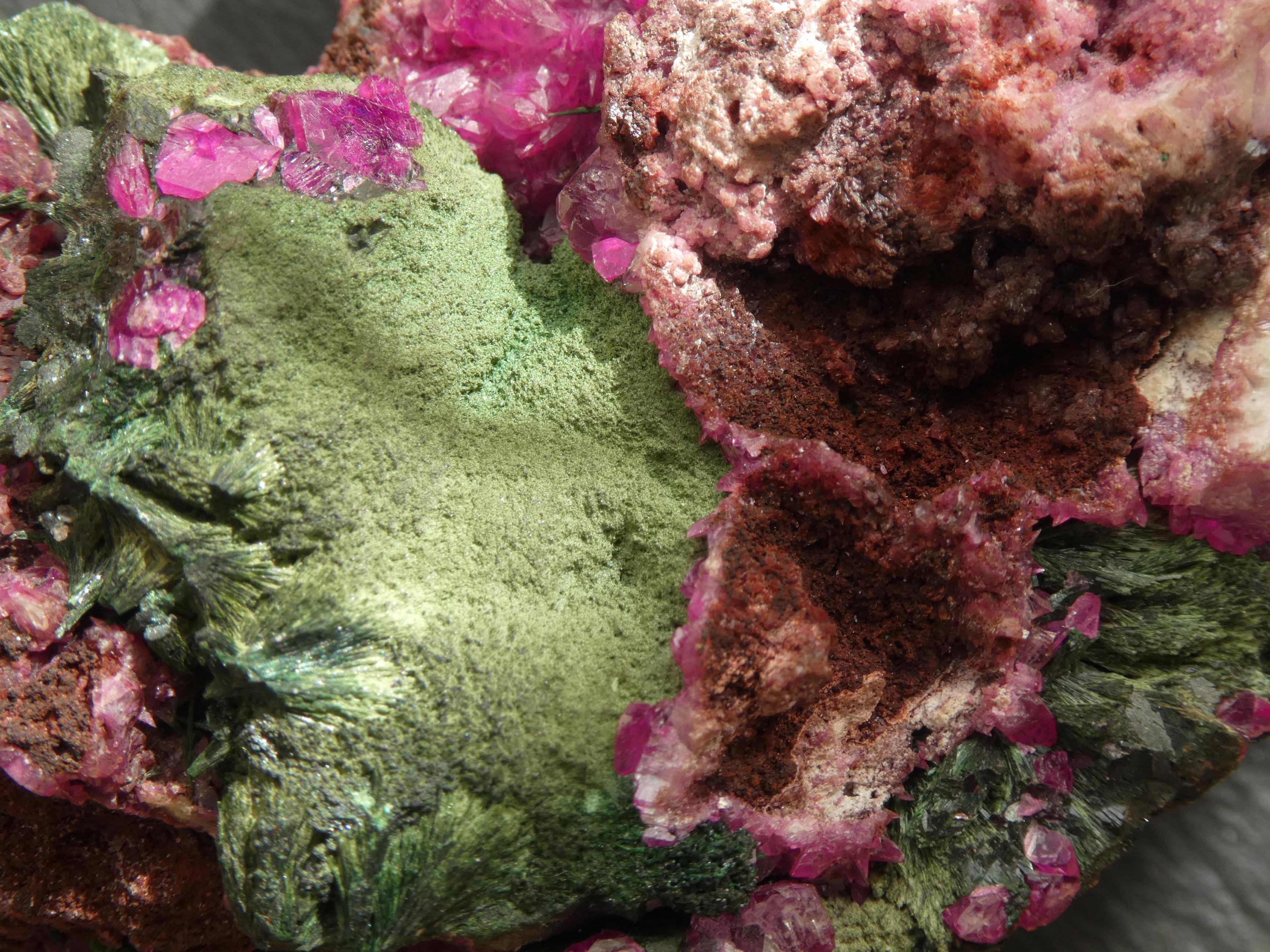 Minéral Kolwésite fibro-radiée (verte) sur Calcite-cobaltifère (rose), Philippe Thiran